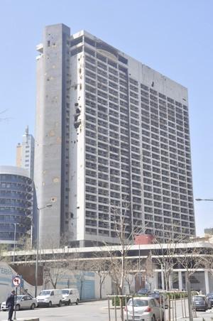 Het Holiday Inn-hotel toont nog altijd de sporen van de gevechten uit de jaren tachtig.
