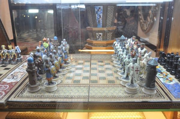 Een schaakspel dat ik ooit in Isfahan zag: links Saladin, rechts Kruisridders.