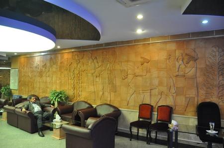 Wanddecoratie in het Ferdowsi-hotel in Teheran. (Het centrale deel is overigens geïnspireerd door een Assyrisch reliëf uit het British Museum.)