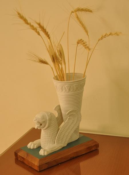Een Achaimenidische drinkhoorn als bloemenvaas; dit is ook het logo van de bank Pasargad.