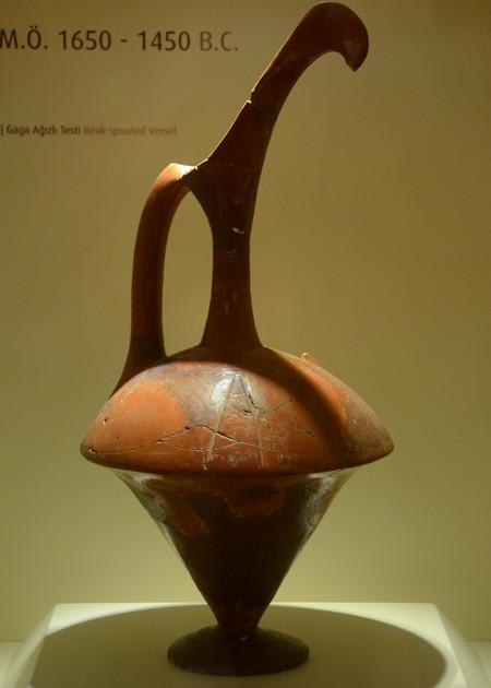 Een typische schenkkan uit het Oude Rijk; museum van Hattusa