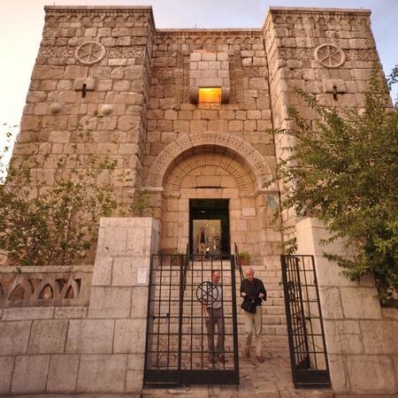 In Damascus wordt deze stadspoort aangewezen als de plaats waar Paulus ooit over de muur wist te ontsnappen. Weererkers zijn een middeleeuwse uitvinding en deze poort stond er niet in de eerste eeuw.