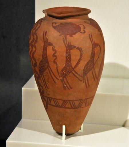 """Kopertijdaardewerk (""""Naqada II"""") uit Egypte, nu in het Neues Museum in Berlijn."""