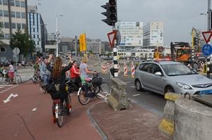 5: Radeloze fietsster slaat de armen ten hemel.