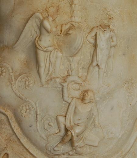 Het borstpantser van een standbeeld van Vespasianus uit het Libische Sabratha toont een Victoria, een geboeide Jood en een Bataaf, gezeten op enkele inheemse schilden.