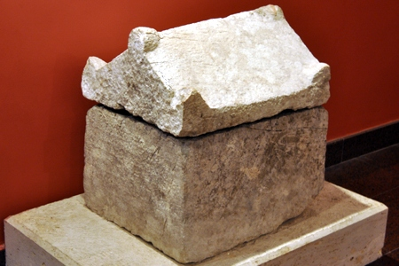 Hondengraf (Archeologisch museum Antalya)