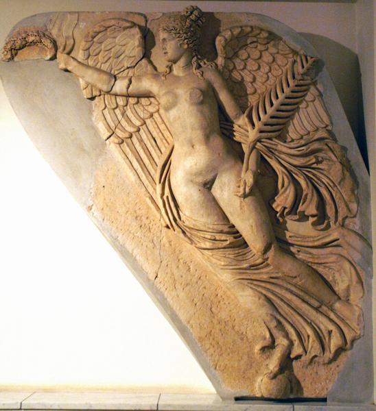 Victoria: reliëf van de ereboog van Severus in Lepcis Magna (Nationaal Museum, Tripoli)