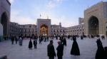 Mashhad, het mausoleum van de achtste imam. Let op de gouden koepel, nog niet zichtbaar achter de toegangspoort.