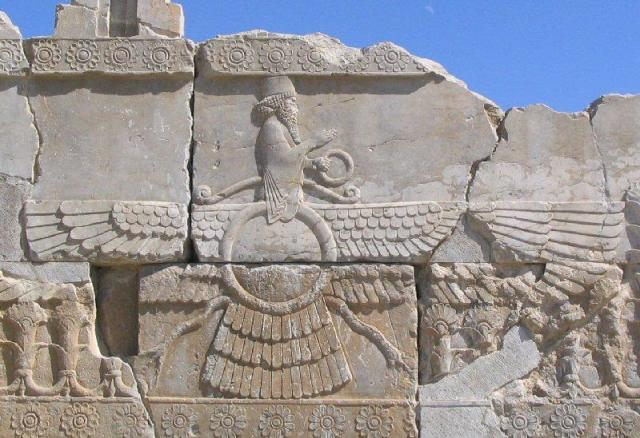 Faravahar, het zichtbare aspect van Ahuramazda (Persepolis)