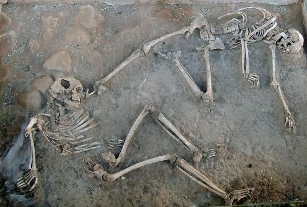 Nishapur: slachtoffers van de Mongoolse aanval. Let op het gat in de schedel links.