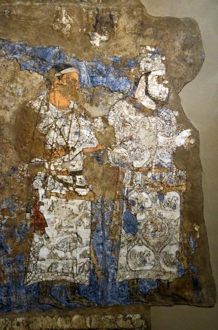 Twee ambassadeurs, afgebeeld op het fresco; let op de gedetailleerde kleding met Sassanidische motieven