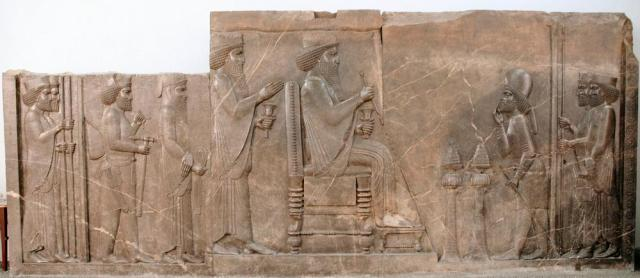Het defilé in Persepolis begint: de hoveling rechts kondigt het begin aan (Nationaal Museum Teheran)