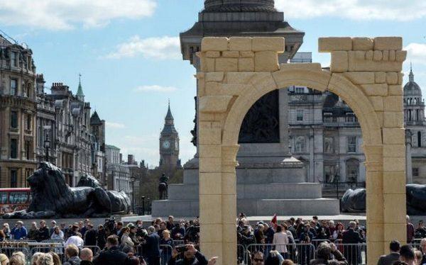 De replica op Trafalgar Square
