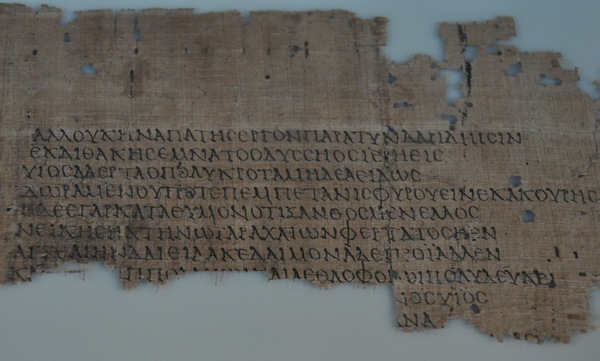 """Papyrusfragment met een deel van de """"Vrouwencatalogus"""" van Hesiodos (Neues Museum, Berlijn)"""