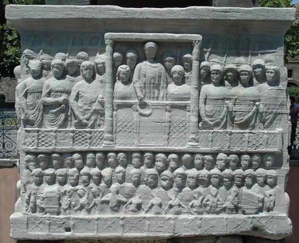 Het keizerlijk hof (op een reliëf uit Istanbul). Augustinus zou bij officiële gelegenheden ergens op de bovenste rij hebben gezeten, in de nabijheid van de keizerlijke familie, verheven boven de stedelijke menigte.