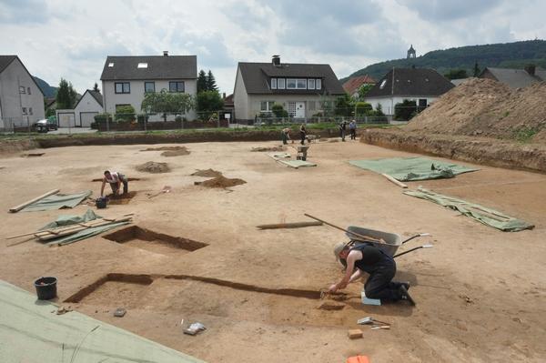 Laten we eerlijk zijn: je zet nogal wat stappen om van de concrete vondsten in een opgraving te komen tot de interpretatie