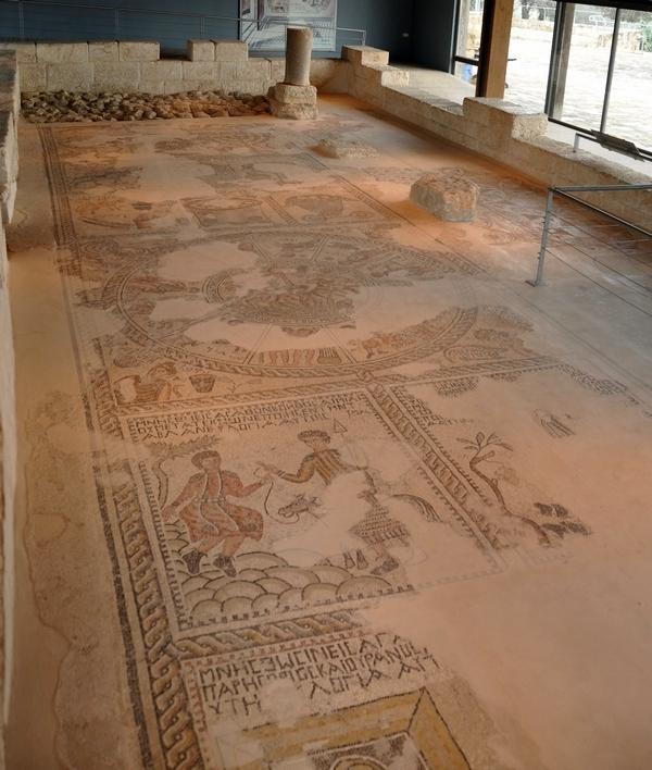 De laatantieke synagoge van Sepforis. Achteraan een zevenarmige kandelaar