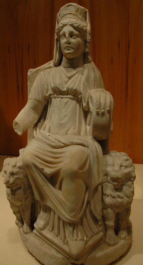 Een Romeinse kopie van een hellenistisch beeld van Kybele uit Nikaia, nu in het Archeologisch Museum van Istanbul.