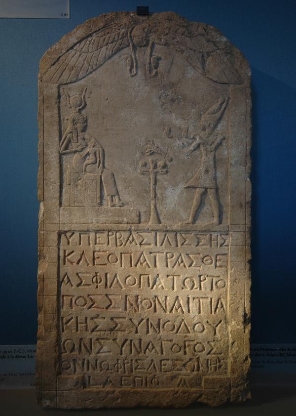Kleopatra vereert Isis en Horus