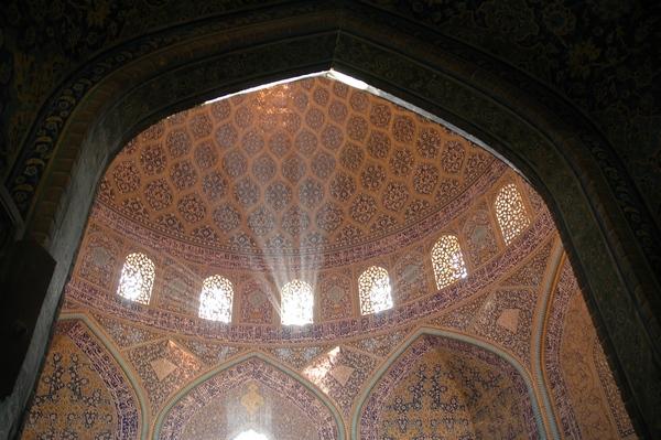 Ik heb geen plaatje van een brandende moskee (en eigenlijk gaat dit stukje er ook niet over) dus ik geef u deze foto maar van de Lotfollah-moskee in Isfahan.
