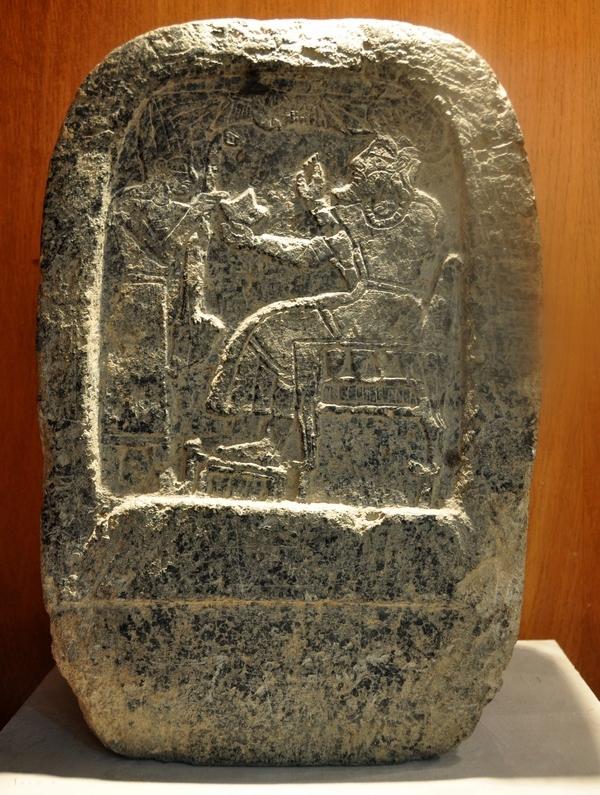 De god Ilu, gezeten op zijn troon, in gesprek met de koning van Ugarit. (Museum van Aleppo)