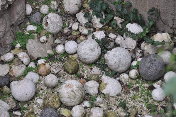 Katapultstenen, afgeschoten op Jeruzalem tijdens een van de oorlogen van de