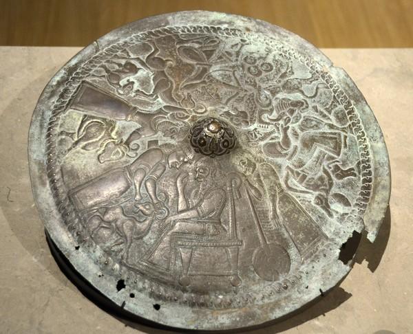 De bronzen schijf uit Luristan, waarvan is vastgesteld dat 'ie echt is (Rijksmuseum van Oudheden, Leiden)